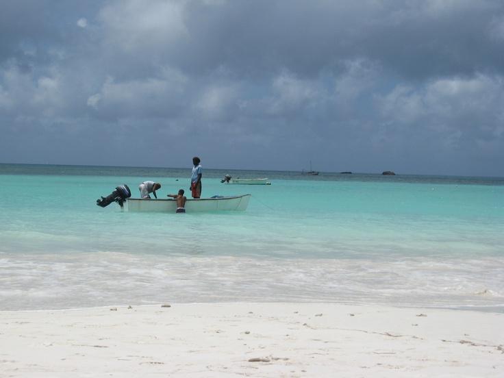 Pescadores en las aguas turquesas de la playa Anse Volbert de las Seychelles.   Alquiler de coches en el aeropuerto de Mahé: http://www.reservasdecoches.com/es/alquiler-de-coches/Mahe-Island_Seychelles-Airport.html