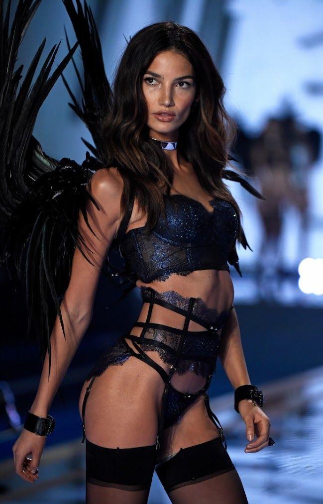 Lily Aldridge'in En Seksi 10 Victoria's Secret Görünümü Vogue Türkiye 2016 şovunu Paris'e taşıyan Victoria's Secret'ın kadrosuna her yıl Bella Hadid gibi yeni nesil ikonlar dahil olsa da, VS podyumunun gerçek ateşi Lily Aldridge gibi daimi >>>> http://vogue.com.tr/haber/lily-aldridgein-en-seksi-10-victorias-secret-gorunumu#p=1