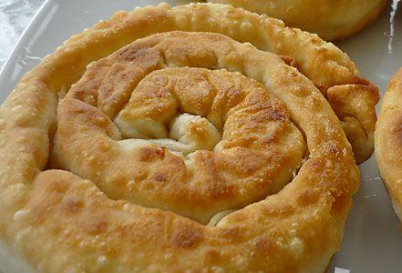 """Το παραδοσιακό """"σαλιγκάρι' της Σκοπέλου! Υπέροχη τυρόπιτα, με τη νοστιμιά της φέτας και του τηγανιού! Για το φύλλο: 500γρ. αλεύρι μαλακό * 2 αβγά 5-6 κ.σ"""
