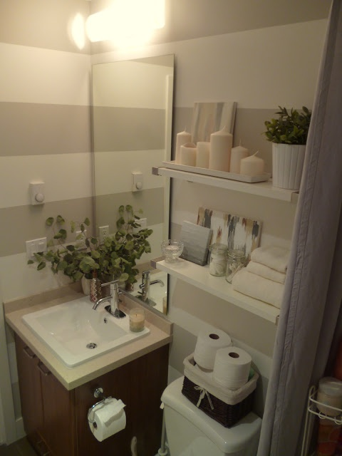 striped small bathroom-- I want to do this in our guest bath!
