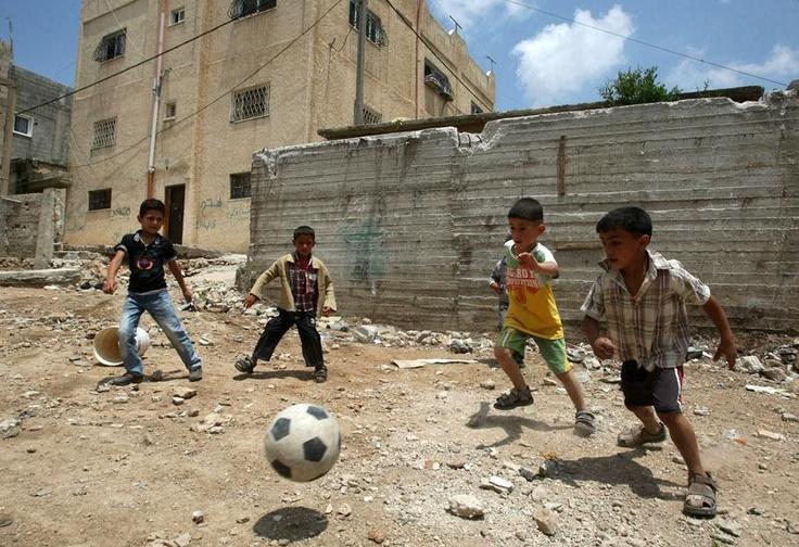 De jeunes Palestiniens jouent au football dans le camp de réfugiés d'Al-Fawar à Hébron (Cisjordanie), le 14 mai 2012.