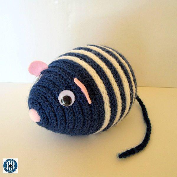 """Myšák Sigmák Dekorační barevný myšák Sigmák je zhotoven z polystyrenového vajíčka, akrylové příze a plsti. Myšák je vhodný k dekoraci nebo jako hračka pro děti. Maskot """"Hanáků"""" Rozměry: délka 14 cm, výška 10 cm, délka ocásku:17 cm celá myší školka"""