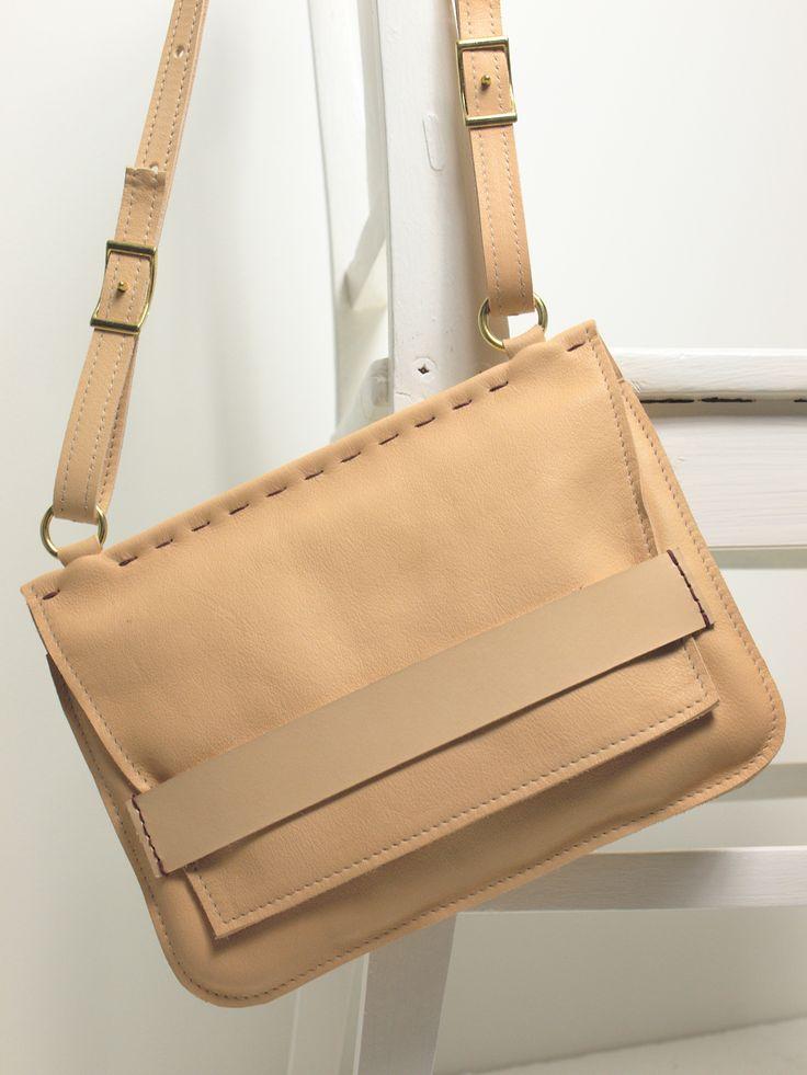 Dora är mångsidig väska som passar vid de flesta tillfällen i livet. | Dora is a versatile bag that is suitable for most times in life.