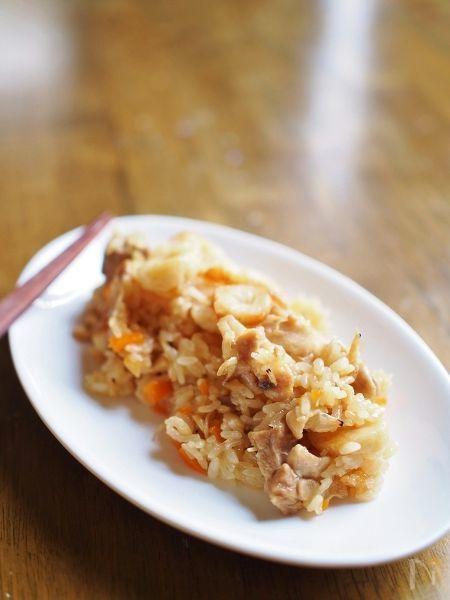 フライパンでサッと具を炒めて味付けしたら、炊飯器で炊くだけの簡単おこわ。  具は好みのものでOK!  オイスターソースが味のポイントになります。