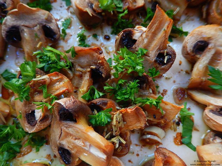 Ciuperci coapte cu rozmarin si patrunjel.   Roasted mushrooms with rosemary and parsley.