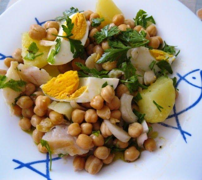 Cette salade de morue avec pois chiches et pommes de terre, est une recette saine et délicieuse, idéale pour servir froide en été!