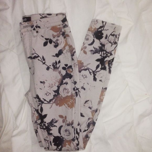 Urban Outfitter Floral Jeans High rise, twig ankle. Stretchy denim. Size: 26 W 29 L. Excellent Condition (never worn). Urban Outfitters Jeans Skinny