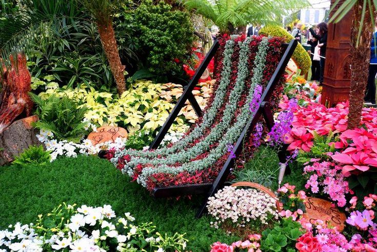 jardin d'ornement multicolore avec plantes couvre-sol et fauteuil végétalisé