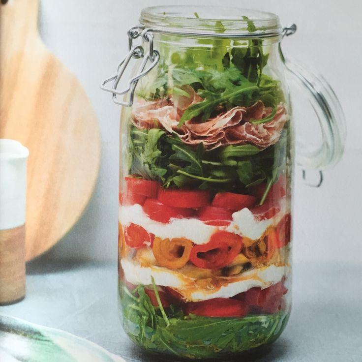 Zomerse groentesalade met mozzarella in een bokaal - Artikel - Femma
