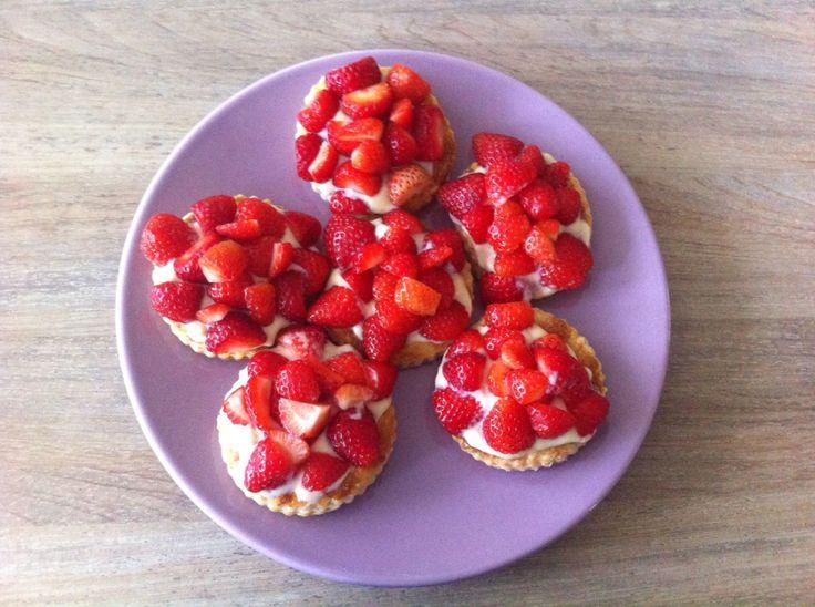 Mini aardbeientaartjes van bladerdeeg met banketbakkersroom