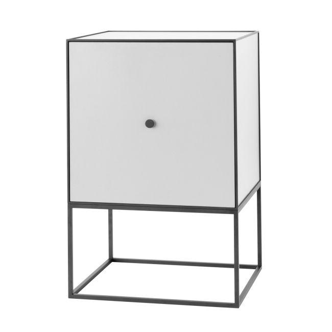 En Mogens Lassen skiss från 1943 utgör utgångspunkten för Frame, en flexibel och stilren förvaringsmöbel. Frame sideboard kan kö