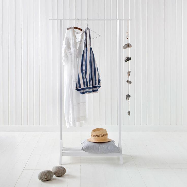 Seaside klädstativ från Oliver Furniture. Enkelt och praktiskt klädstativ till festklänningar och andra kläder som inte bör gömmas undan i en garderob.