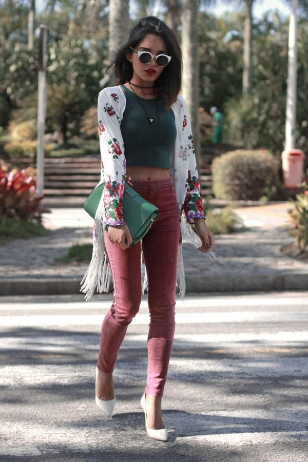 Street Style: 26 Ways to Style a Kimono for Spring - white fringed kimono with floral print, worn with a hunter green crop top, cat eye sunglasses, rose colored skinny jeans, and white pointy toe pumps.