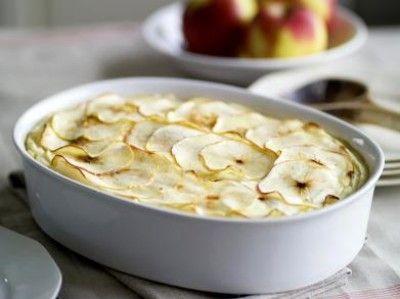 Hete bliksem ovenschotel is een lekker recept en bevat de volgende ingrediënten: 2 uien (gesnipperd), 500 g gehakt, gemengd, 1 kg jonagold-appels, 500 g aardappel, bloemig kokende, scheutje melk, boter, suiker, nootmuskaat, peper, zout