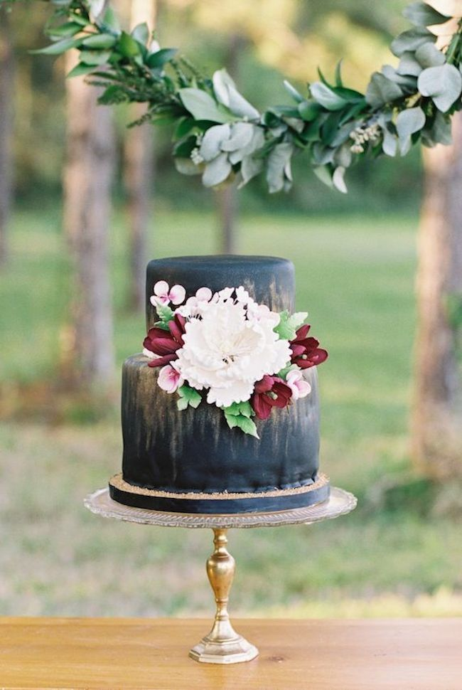 Love this black wedding cake, so perfect for an elegant rustic wedding look.