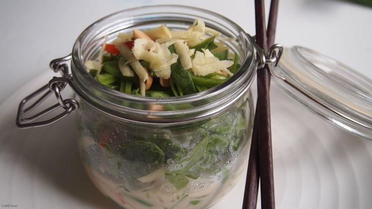 Detta är ett supersnabbt recept du kan laga när suget efter en wok faller på. Hela rätten tar max fem minuter att göra, om du inte är väldigt noga med hackningen såklart. Jag använder en tillsatsfri röd currypasta som finns på de flesta matbutiker (vid den asiatiska hyllan). Ingredienser till 1 portion: 1 näve sjögräsnudlar...
