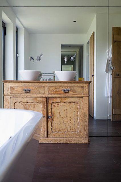 Op zoek naar mooie oude kast voor de badkamer? Kijk eens bij www.old-basics.nl webshop en grote loods vol brocante , lanelijk antiek, industrieel, vintage en shabby chic