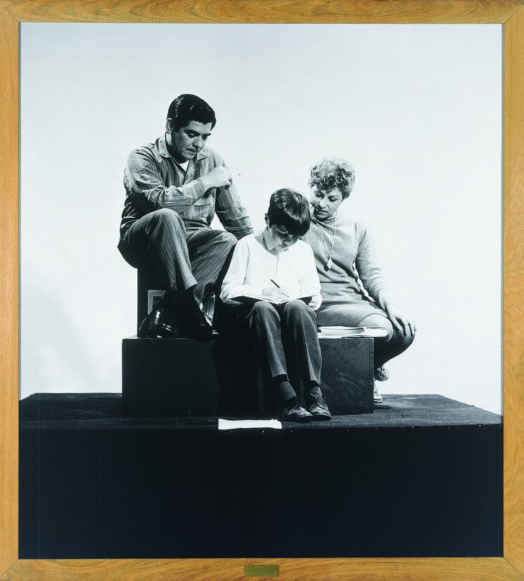 Oscar Bony  La familia obrera [La famiglia operaia], 1968-1999 Fotografia in bianco e nero su carta, cornice di legno, placca in bronzo, copia espositiva, 200 x 180 cm Collezione Carola Bony. Photo Oscar Balducci