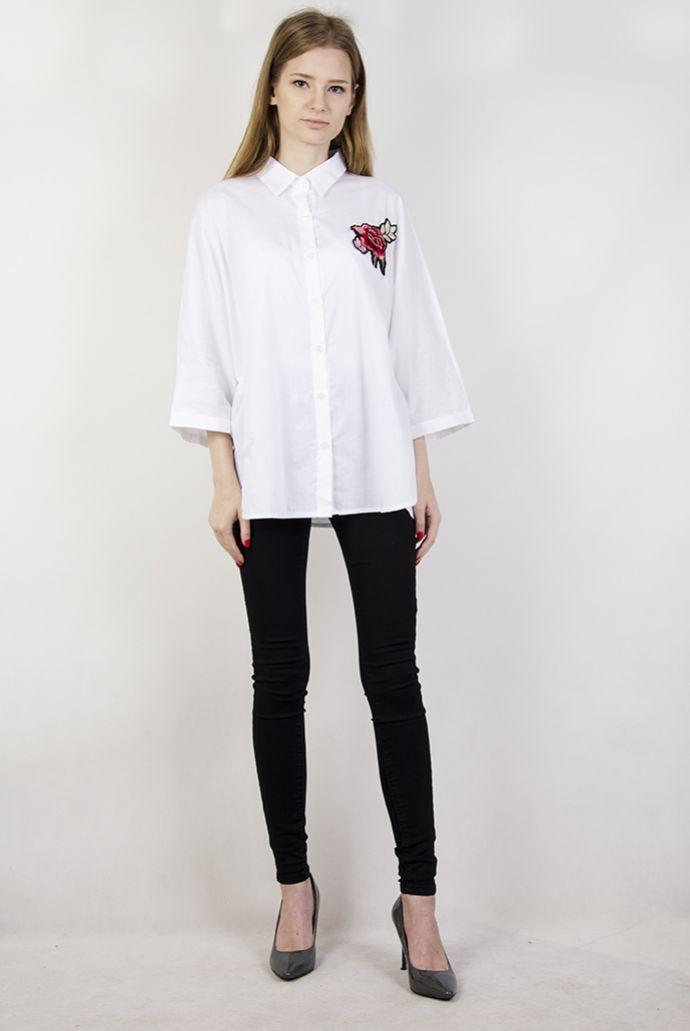 Biała koszula z szerokimi rękawami i naszywką