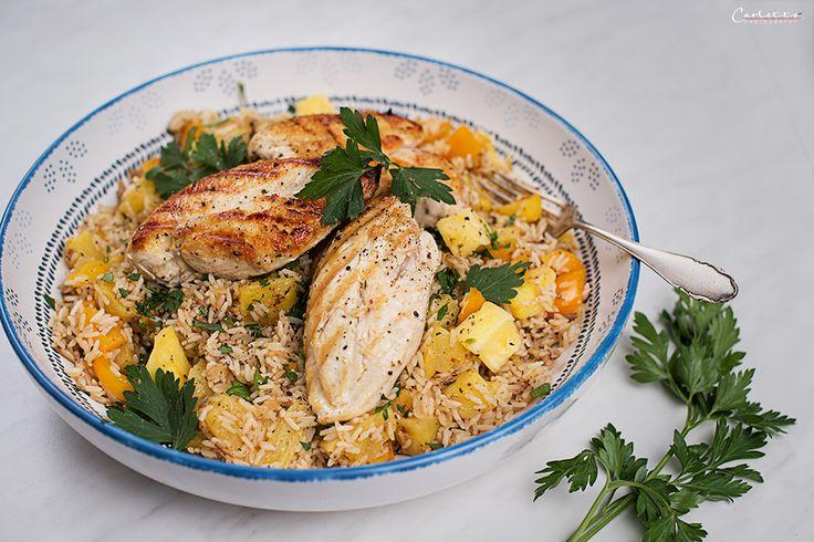 Hawaiianischer Reis leicht gemacht! Hawaiianischer Reis wird ganz leicht gemacht und mit Hühnerfilets serviert, eine tolle Alternative zum klassischen Reis.