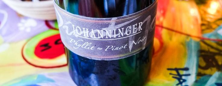 Phyllit Pinot Noir, Weingut Johanninger. Druerne kommer fra skråningerne over Rhinen, tæt ved byen Assmanshausen. Jordbunden i området er speciel. Der er meget phyllit (som er rød skiffter) i jorden, hvilket gør, den smager som om, den har fået fad, men det har den ikke. Hold da op en vin. Sjælden har jeg fået en så god tysk Pinot Noir.