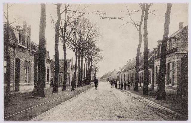 Tilburgseweg richting Tilburg. Links op de achtergrond 'de kwaoie hoek', later garage Hoogendoorn. Het pandje rechts werd in 1925 gesloopt en vervangen door een winkel/woonhuis voor koopman Peerke van Amelsfoort. Het gevelhuis daarnaast werd onder architectuur van J.B. Rens, later burgemeester van Goirle, in 1906 gebouwd voor Arnold van Gils.