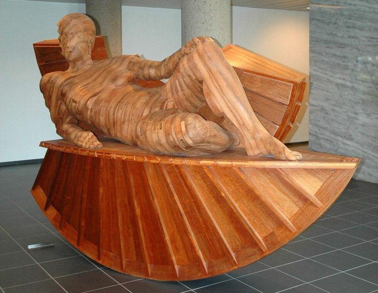 Houten kunstwerk in de centrale hal, locatie Roosendaal