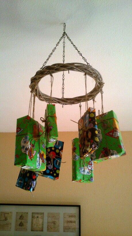 Samen nep cadeau 's inpakken om het huis te versieren voor sint!
