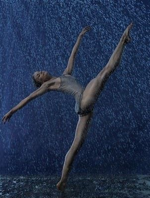 Dancing in the rain ♥ Wonderful! www.thewonderfulworldofdance.com #ballet #dance