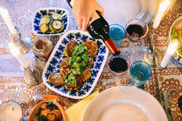 Majsbiffar, ugnsrostad sötpotatis, stekt aubergine och zucchini, tahinisås och sallad gjord på trädgårdens grönsaker.