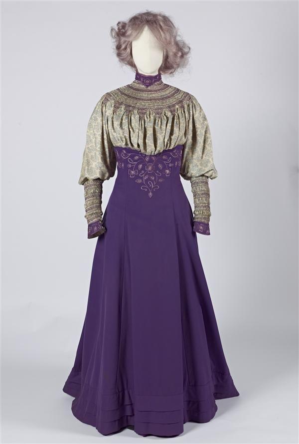 Wandelkostuum van paars laken en bedrukte Liberty-zijde met smockwerk en borduursels, bestaande uit rok, blouse, jas en losse ondermouwen