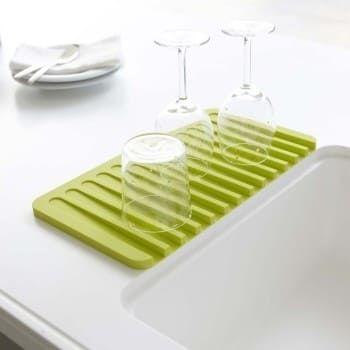 Las suaves pendientes previenen que el exceso de agua albergue bacterias, mientras que el agua se drena directamente al fregadero para una encimera sin desorden. Cómpralos aquí.