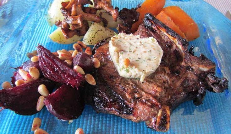 Saftiga och goda kotletter, trots att det är från vildsvin. Lägg på en skiva KarlJohan-smör. Stekta kantareller och [recept rostade-rodbetor-med-pinjenotter] är gott till detta. Rostade rödbetor i sep. recept.