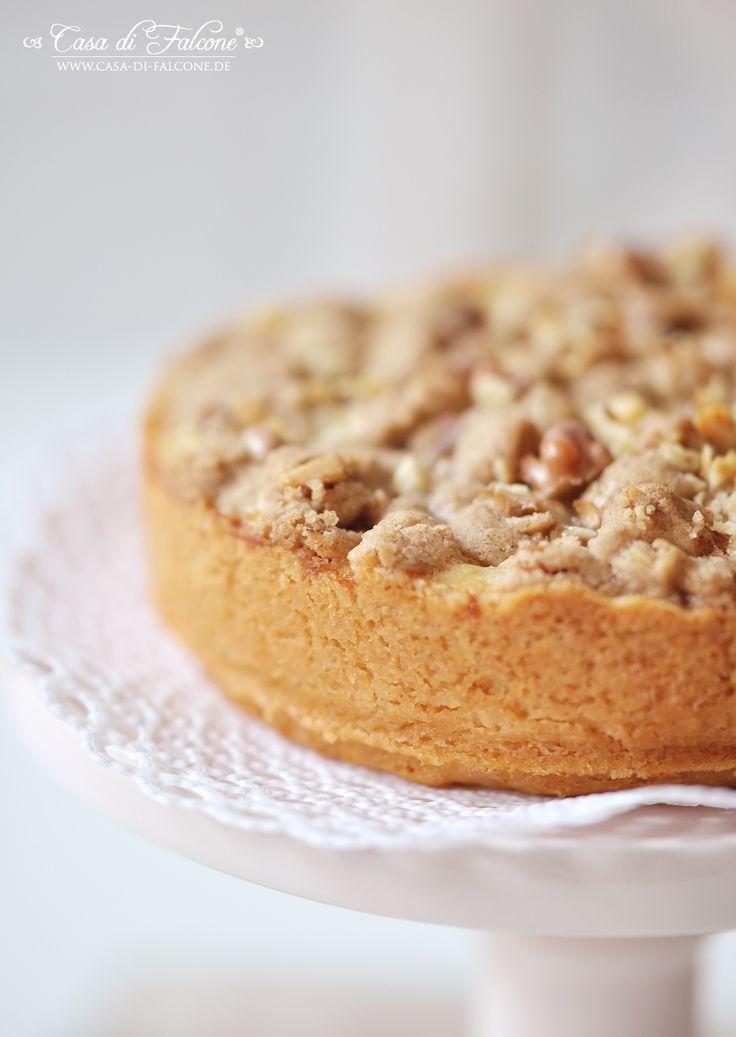 Kuchen wird bei uns gerne gebacken und oft gegessen. Ich könnte Kuchen schon zum Frühstück essen ;) Dieser Apfelkuchen wird mit Zimtstreuseln & Walnüss