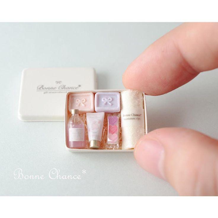 * . 蓋を開けるとこんな感じです💖 ナチュラルな感じに、なってますかね😅 . こちらの石鹸のセットはイベントでの販売作品になります✨ . イベントの詳細はまた報告させて頂きます☺️ . * #ミニチュア#ドールハウス#石鹸 #お風呂#タオル#ソープ #洗面所#洗面台#ハート #miniature#dollhouse#soap#savon #washroom#bathroom#gift#giftset #towel#sink#photoshoot#mirror #perfume