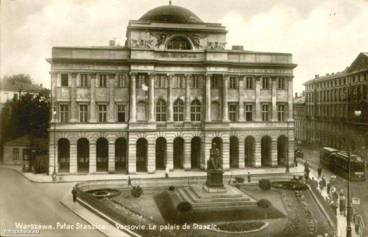 pałac Staszica wyszedł spod ołówka Antonio Corazziego w latach 20 XIX w; stał się siedzibą Towarzystwa Przyjaciół Nauk, zmieniał opiekunów w zawierusze dziejów, by w końcu runąć pod niemieckimi bombami w 1944; zrekonstruowany
