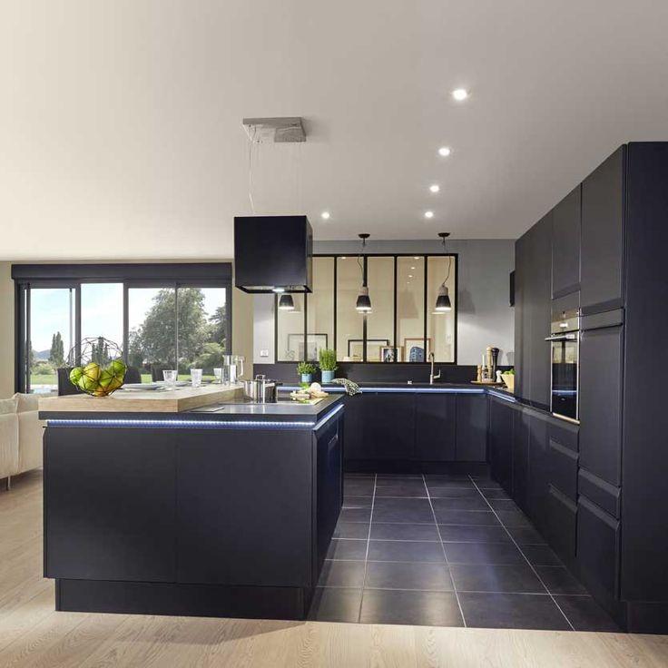 """Les façades arborent une poignée intégrée """"filante"""" noire pour privilégier l'esthétisme de la cuisine."""