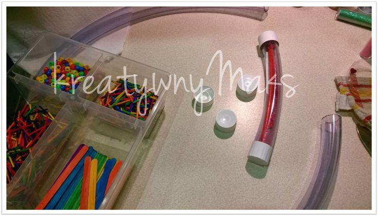 Rury sensoryczneto zupełnie bezpiecznaalternatywa dla woreczków, butelek czy pojemników. Możemy je wypełnić właściwie każdym materiałem, tworzyć warianty tematyczne, kolorystyczne i pozwolić dziecku na odkrywanie świata za pomocą zmysłów. Jak wykonaćtego typu zabawki sensoryczne krok po kroku w domowych warunkach? Odpowiedź znajdziecie uKreatywnego Maksa.