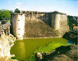 Parthenay.- Jean I° de Parthenay est à nouveau présent auprès du roi de France, Jean II le Bon, lors de la défaite de Poitiers en 1356, il est fait prisonnier et n'est libéré que contre paiement de fortes rançons. Il meurt peu après le 1 mai 1358. C'est à partir de la défaite de Poitiers, qui désorganise complétement la défense française, que les bandes de mercenaires laissé inoccupées se mettent à piller le Poitou.