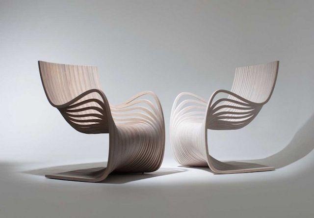 Wooden Curving Chair -  Pour la marque guatémaltèque Piegatto, le designer Alejandro Estrada a imaginé « The Pipo Chair » : une chaise en contreplaqué dont les courbes et différentes couches ondulent de manière élégante. 29 bouts de bois ont été coupés à partir de seulement deux pièces de contreplaqué pour construire ces chaises disponibles en plusieurs couleurs.