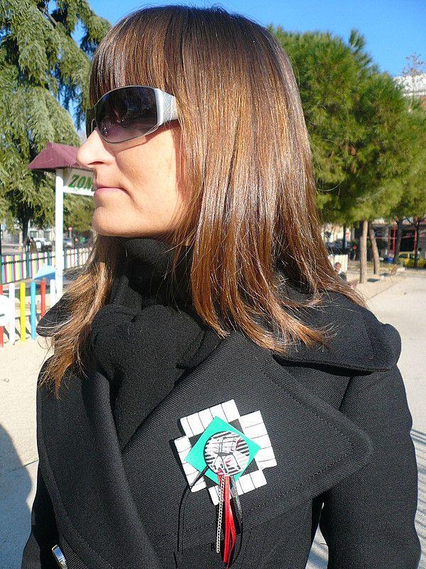 Bea, del blog  De Tacones y Bolsos, con uno de nuestros broches de la colección  Aves y Jaulas.