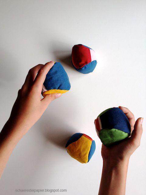 Ein einfaches und schnelles Nähprojekt. Von Hand oder mit der Nähmaschine. Der Ball ist mit Watte und Linsen gefüllt und ideal um drinnen damit zu spielen. Cross Boule, Jonglieren, einfache Wurfspiele…Am besten machst du gleich ein paar davon. Wie's geht:http://schaeresteipapier.blogspot.ch/2014/10/spielballe-selbst-gemacht.html