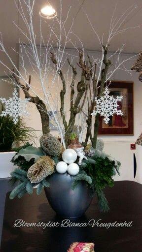 Reception christmas with waxed amaryllis and banksia - groot kerststuk voor op de balie bij de receptioniste met wax amaryllis en banksia