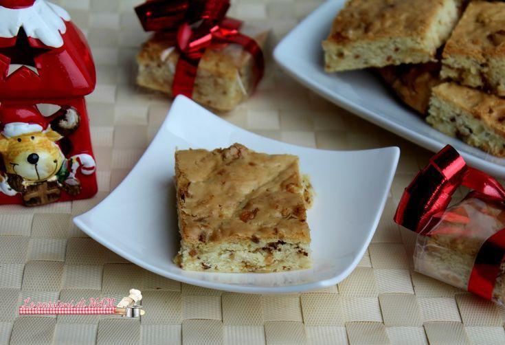 Brownies al cioccolato bianco e nocciole, dolcetti ottimi come spuntino o merenda accompagnati da latte, tè o caffé
