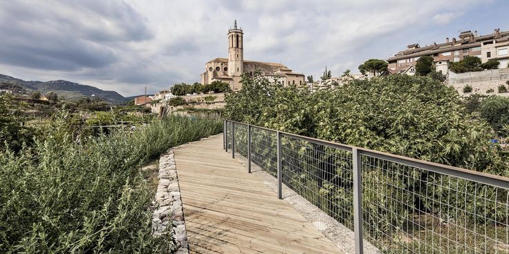The orchards around the town are the focus of an integral project of restoration which restores the old irrigation system of thermal waters, reactivates agricultural activity and opens up a network of pedestrian pathways.