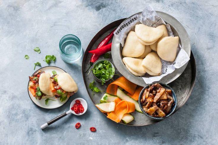 De honingzoete char siu sauce van de vulling maakt deze gestoomde minibroodjes ook bij kinderen populair - Recept - Allerhande