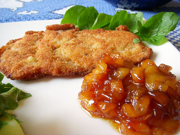Receita alemã: Schnitzel (costeleta de porco à milanesa) com pure de maçã