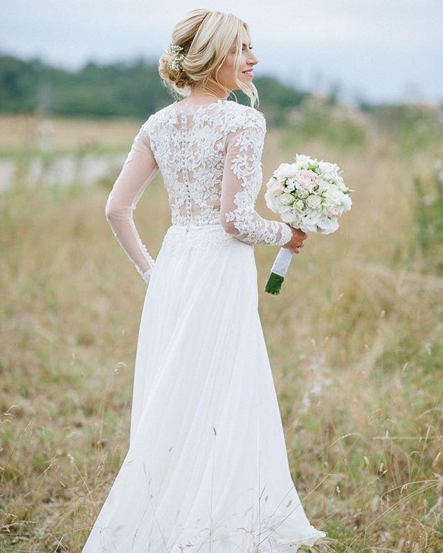 """Ich liebe liebe liebe ihr Kleid achja bei meiner lieben Anna hat einfach wieder alles zusammen gepasst! und ich durfte wieder eine ganz ,,locker-luftige"""" Frisur mit Schleierkraut zaubern ☝ bald kommt ein Blogpost zu dieser wundervollen Hochzeit ❤#bride#summerbride#bride2016#anna#bridestyling#bridedress#weddingdress#gettingready#updo#bohohair#undone#bridehair#bridemakeup#brideful#bridestylingagency#stuttgart#0711#weddingphotographer#photography#alexstehlephotography#flowers#wedd..."""