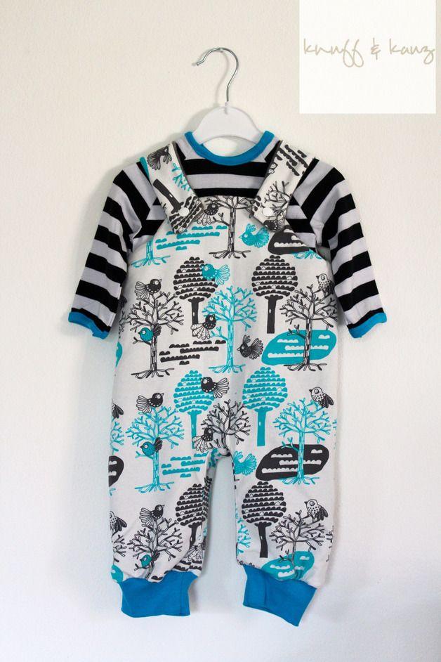Ein einzigartiges Babyset bestehend aus einer gemütlichen Strampelhose und einem Langarmshirt.  *Strampelhose* angefertigt aus Jersey in wunderbarem Design der finnischen Firma Käpynen. Die...