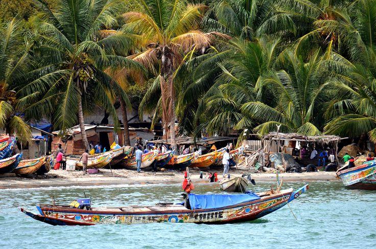 Gambia, tradycyjne łodzie rybackie.